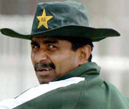 javed miandad threatens legal action against sarfaraz nawaz