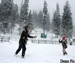 snowfall in kashmir valley, tourists enjoyed