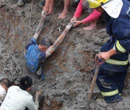 workers battle hours rescue chinese farmer stuck mud silt pit collapse