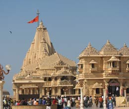 family donates Rs 11 cr worth gold platter to somnath temple