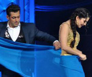 Salman gives saree draping tips to sunny Leone