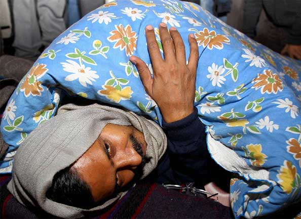 arvind kejriwal hold dharna outside rail-bhavan on second day