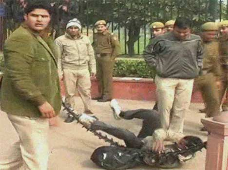 Delhi Police man thrashes a photojournalist