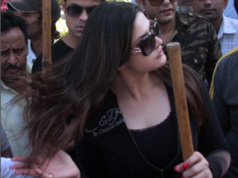 Bollywood Actress Zarine Khan for favour of narendra modi Clean India Campaign