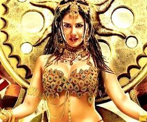 Sunny Leone does a Zeenat Aman
