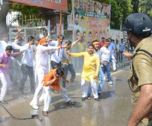 BJP youth wing make ruckus on Police recruitment.