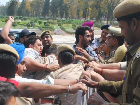students dispute with police in punjab university, chandigarh
