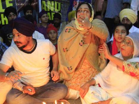demand of justice by mother for his child, candal march pics