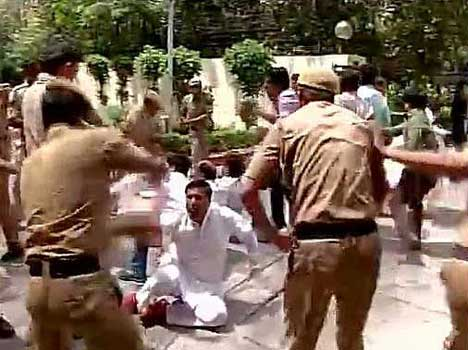 police lathi charged congress protesters