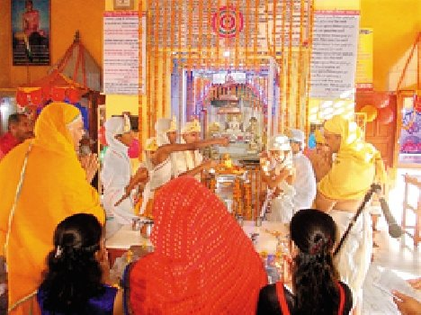 on birth anniversary of Lord Mahavira devotees chants hymns