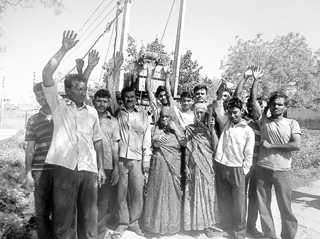 Villagers in hybrid commotion , protesting