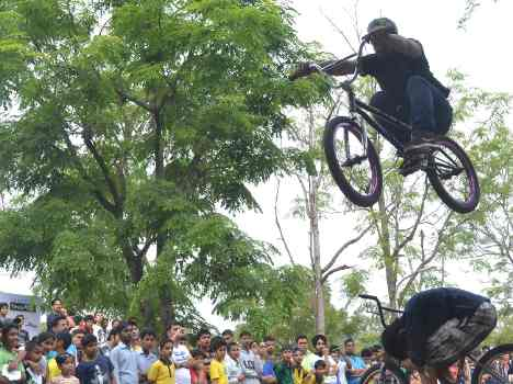 dangerous stunts on sukhna lake chandigarh, live pics