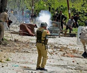 कश्मीर हिंसा में युवक की मौत, दो पुलिसकर्मी गिरफ्तार