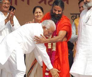 haryana cm manohar lal khattar touch take blessings of baba ramdev