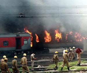 भीषण आग की चपेट में दो राजधानी ट्रेनें, मचा हड़कंप