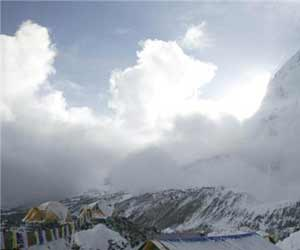 avalanche on mount everest after massive earthquake hits nepal video