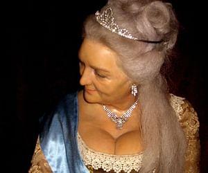 The Queen cathrine had sex Salon