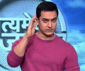 Aamir Khan reading the script of Maharashtra govt