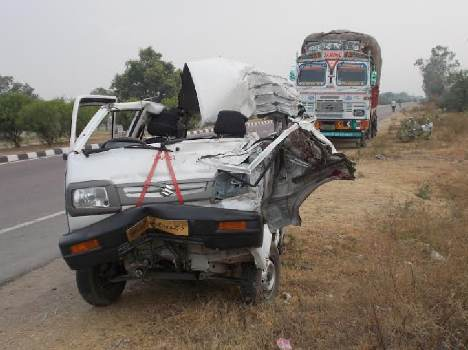 three people died in road accident in lucknow