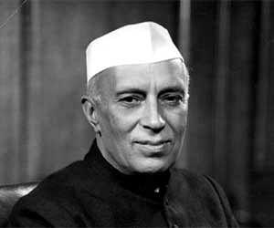 नेहरू के पुरखों को मुस्लिम बनाने की कोशिश, सरकार पर उठे सवाल