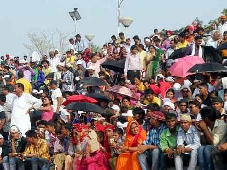 amitabh bachchan sound flash at indo pak attari wagah border retreat ceremony.