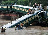 train accident in pakistan, 12 people died