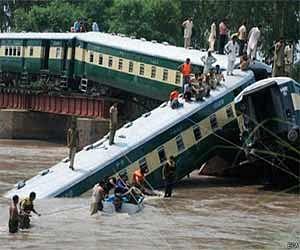 तस्वीरें: पाकिस्तान में फौज को ले जा रही ट्रेन नहर में गिरी, कई मरे