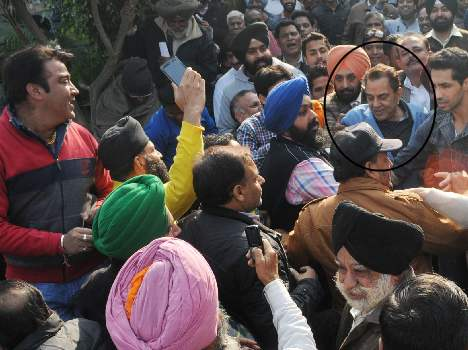 dharmendra fans crazy about selfee at ludhiana