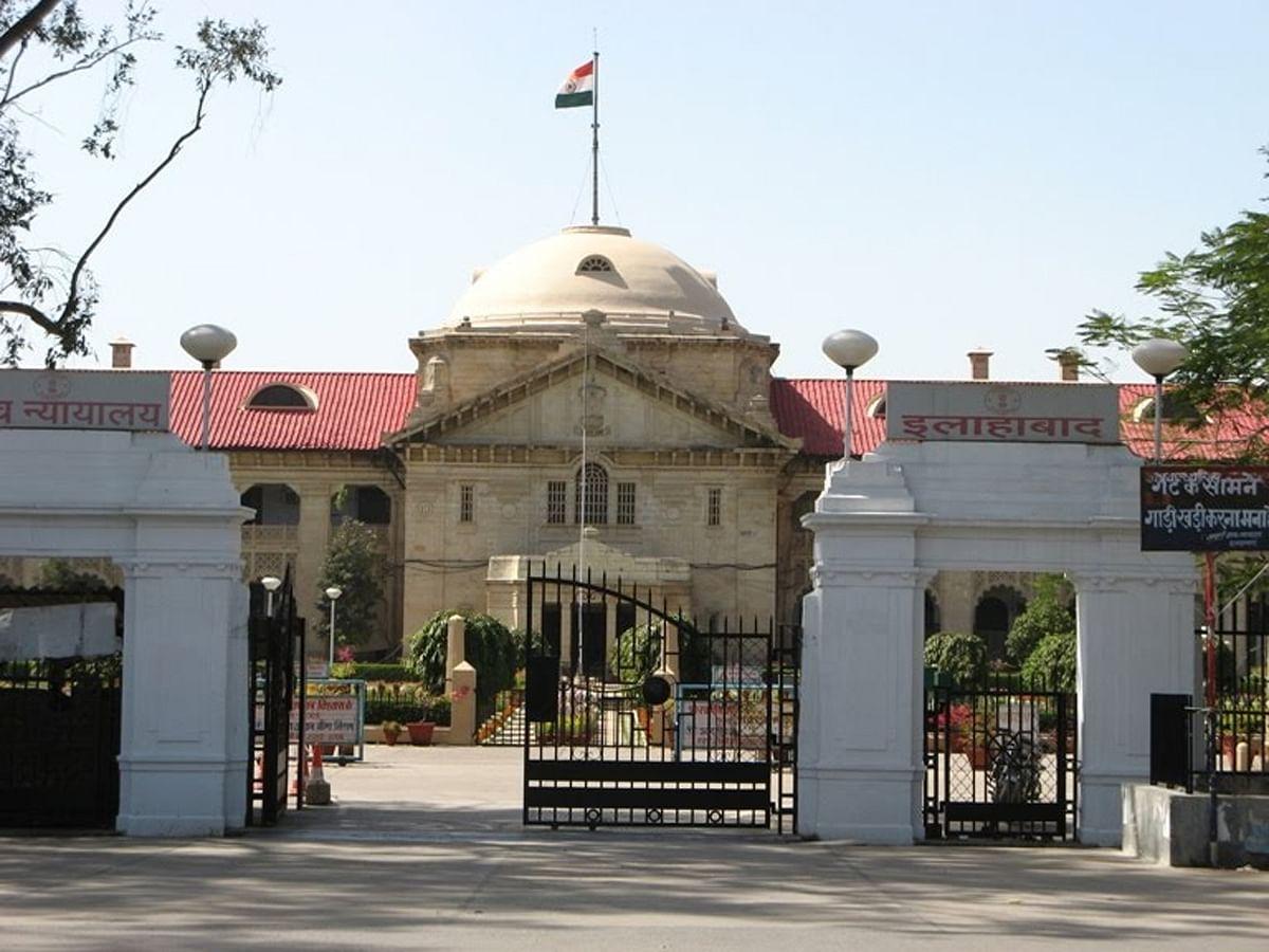 इलाहाबाद हाईकोर्ट ने पूर्व सपा मंत्री और रामपुर के सांसद मोहम्मद आजम खां द्वारा दाखिल अवमानना याचिका पर रामपुर के डीएम और अन्य अधिकारियों को नोटिस जारी कर जानकारी मांगी है।
