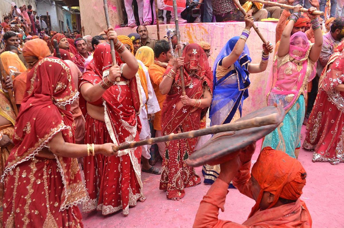 Holi 2020 Know Anout Barsane Ki Lathmar Holi - Holi 2020: ऐसे खेली जाती है  बरसाने की लट्ठमार होली - Amar Ujala Hindi News Live
