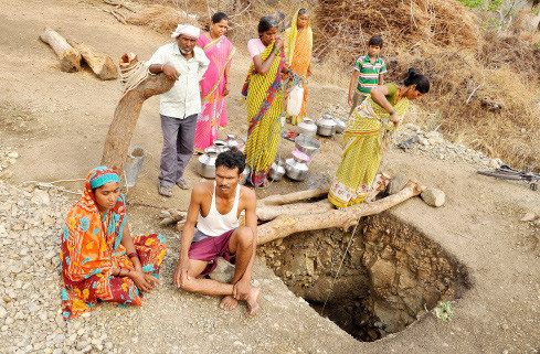 drought in maharashtra, husband dig well for her wife