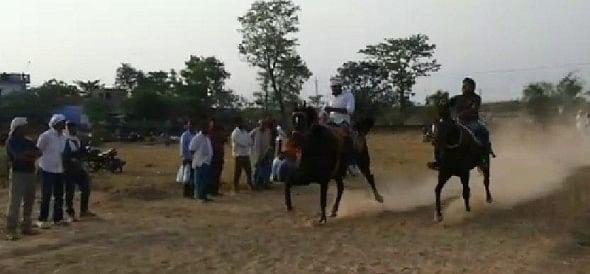 घुड़दौड़ देख रोमांचित हुई भीड़, पवन नामक घोड़े को मिला पहला खिताब