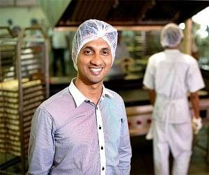 कुली का बेटा आखिर कैसे बना 100 करोड़ की कंपनी का मालिक