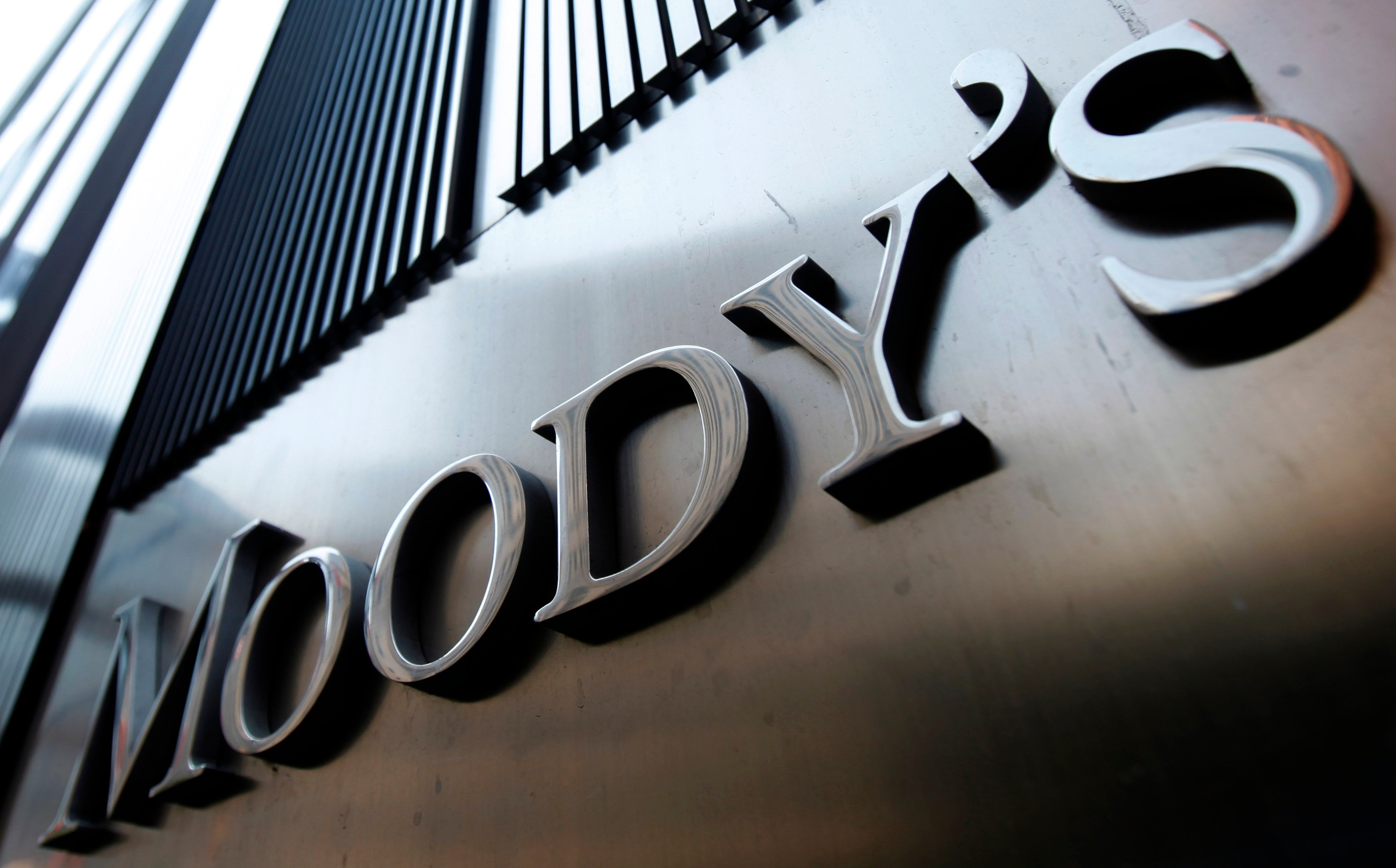 government steps for controlling rupee will not be beneficial says moody's