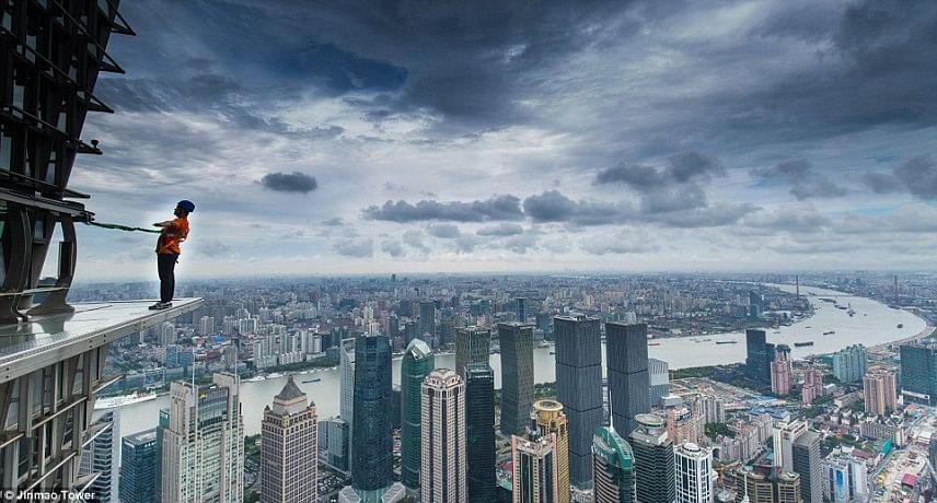 Terrifying skywalk opens outside Shanghai's Jin Mao Tower