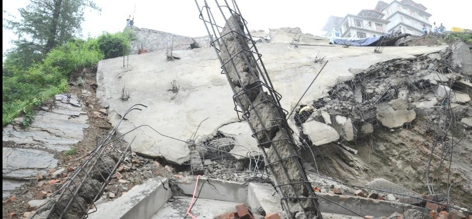 Heavy loss due to rainfall, Four floor building Collapsed at shimla.