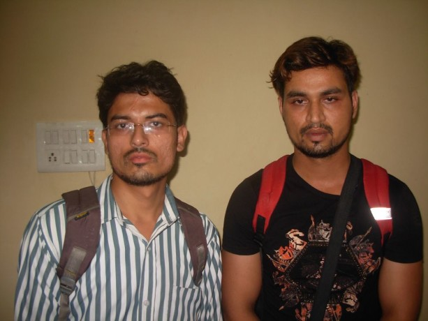 सोने के साथ दिल्ली के दो युवक गिरफ्तार