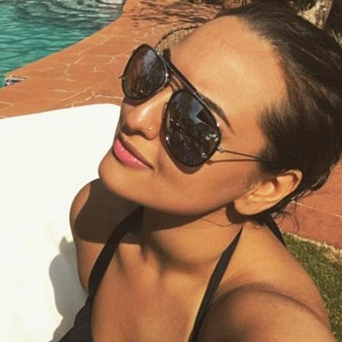 sonakshi sinha enjoys her vacation in sea beach