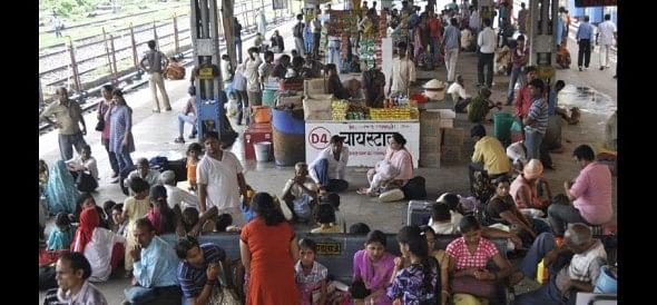 Goods train derails, Delhi-Howrah rail halt