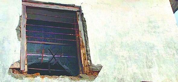 Dshaithl bank thief entered the window cut