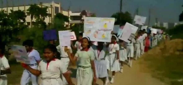 आगरा में स्कूल के  बच्चों ने निकाली रैली, किया चीन के सामानों का विरोध