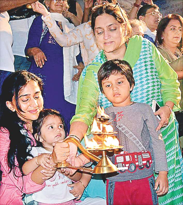 Bollywood star Vivek Oberoi's wife and children of the Ganga Arti
