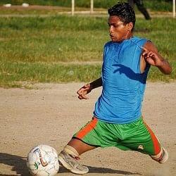 बिना पैरों के खेलते हैं फुटबॉल, खेल देख बड़े-बड़े खिलाड़ी भी हो जाते हैं हैरान