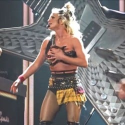 स्टेज परफॉर्मेंस के दौरान खुलकर गिरा ब्रिटनी स्पीयर्स का ब्रा-टॉप, कहीं ये स्टंट तो नहीं?