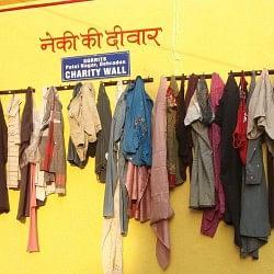 गजब: नेकी की ये दीवार दे रही दिवाली गिफ्ट, देखिए क्या-क्या है यहां