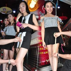लड़कियों की जितनी छोटी होगी स्कर्ट, रेस्टोरेंट देगा उतना डिस्काउंट