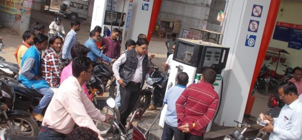 People throng to full petrol tank from 500 rupee note