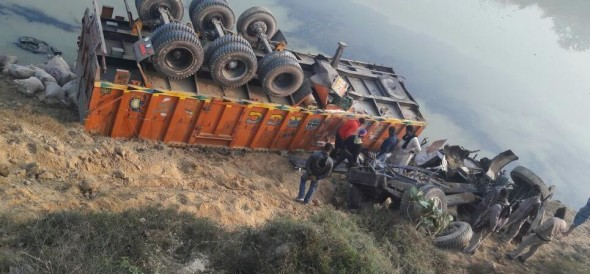 truck accident due to fog, conducter died