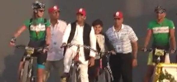 जब साइकिल से मंच तक पहुंचे सीएम अखिलेश, आगरा में उमड़ा हुजूम