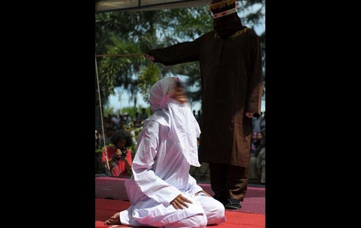 girl and boy coned hundred times because they has broken sharia law